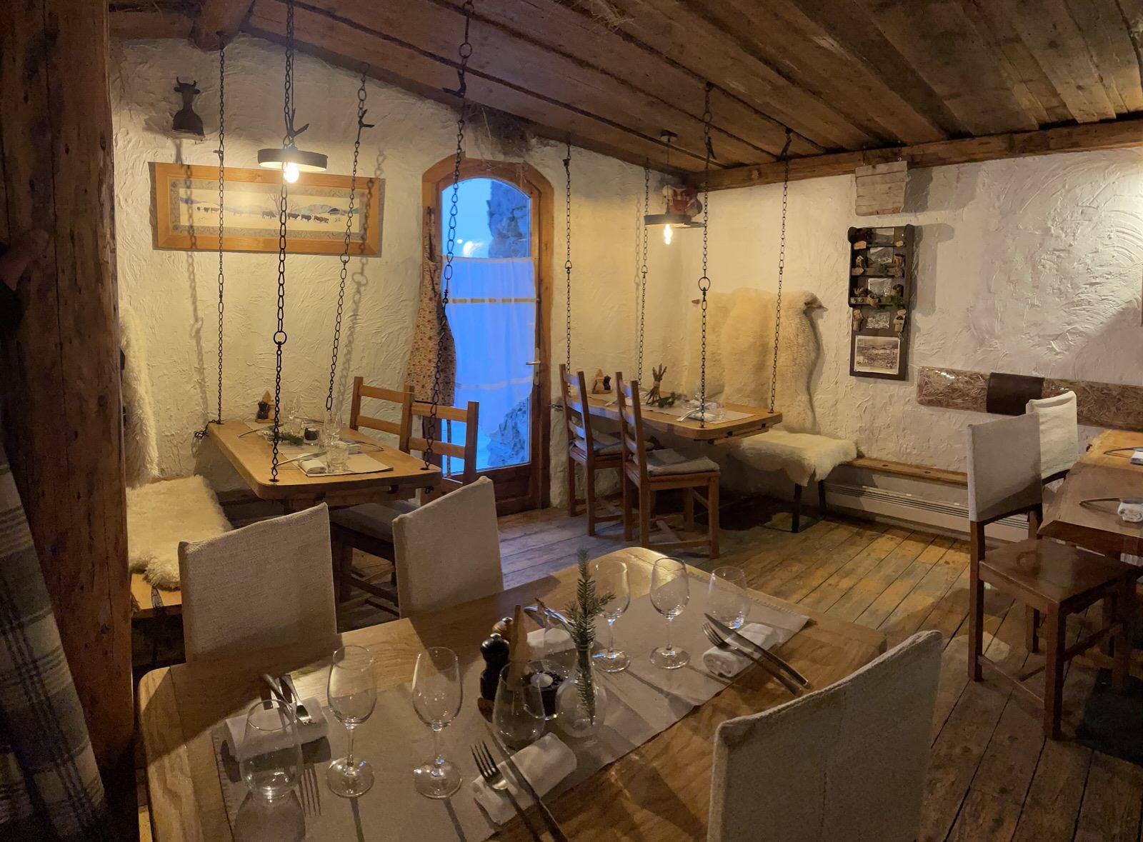 """La salle intérieure du Restaurant savoyard """"Le Montagnard"""" à Saint Martin de Belleville"""