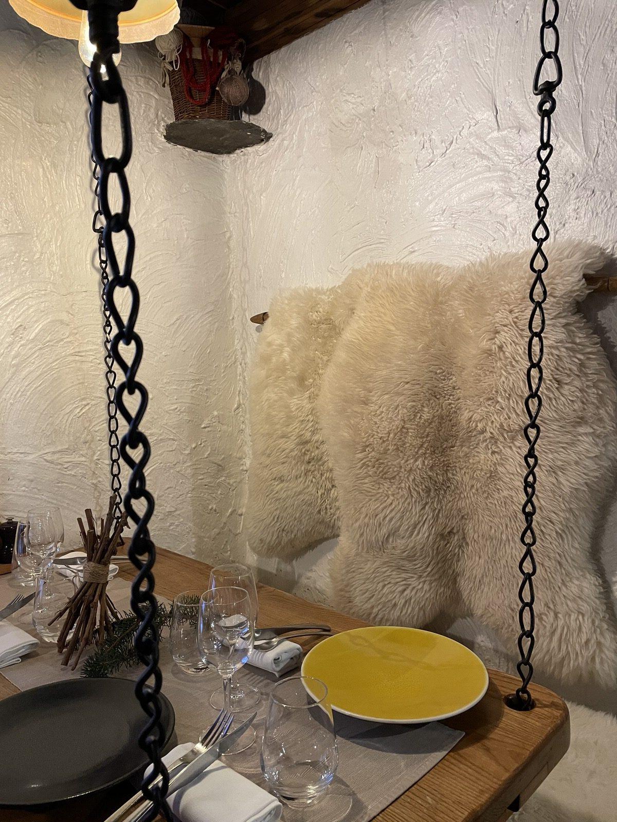 """Table au restaurant savoyard """"Le Montagnard"""" à Saint Martin de Belleville"""