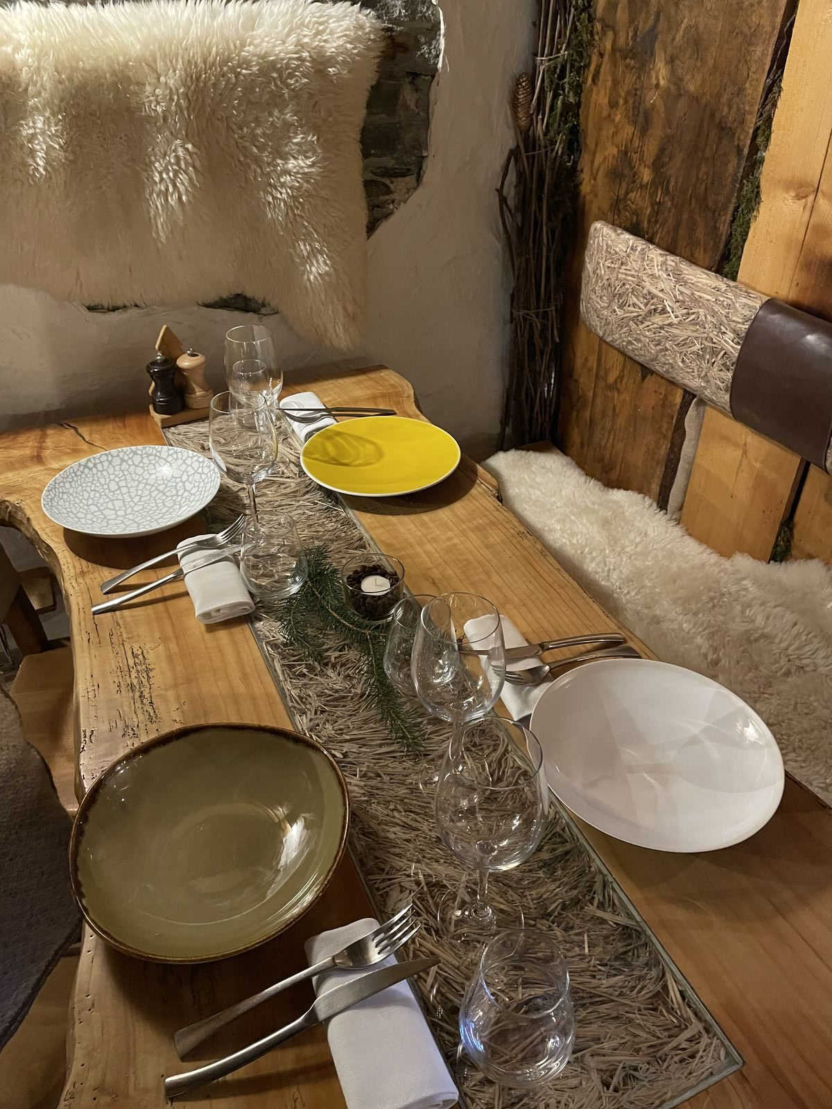 """Détail d'une table au restaurant savoyard """"Le Montagnard"""" à Saint Martin de Belleville"""