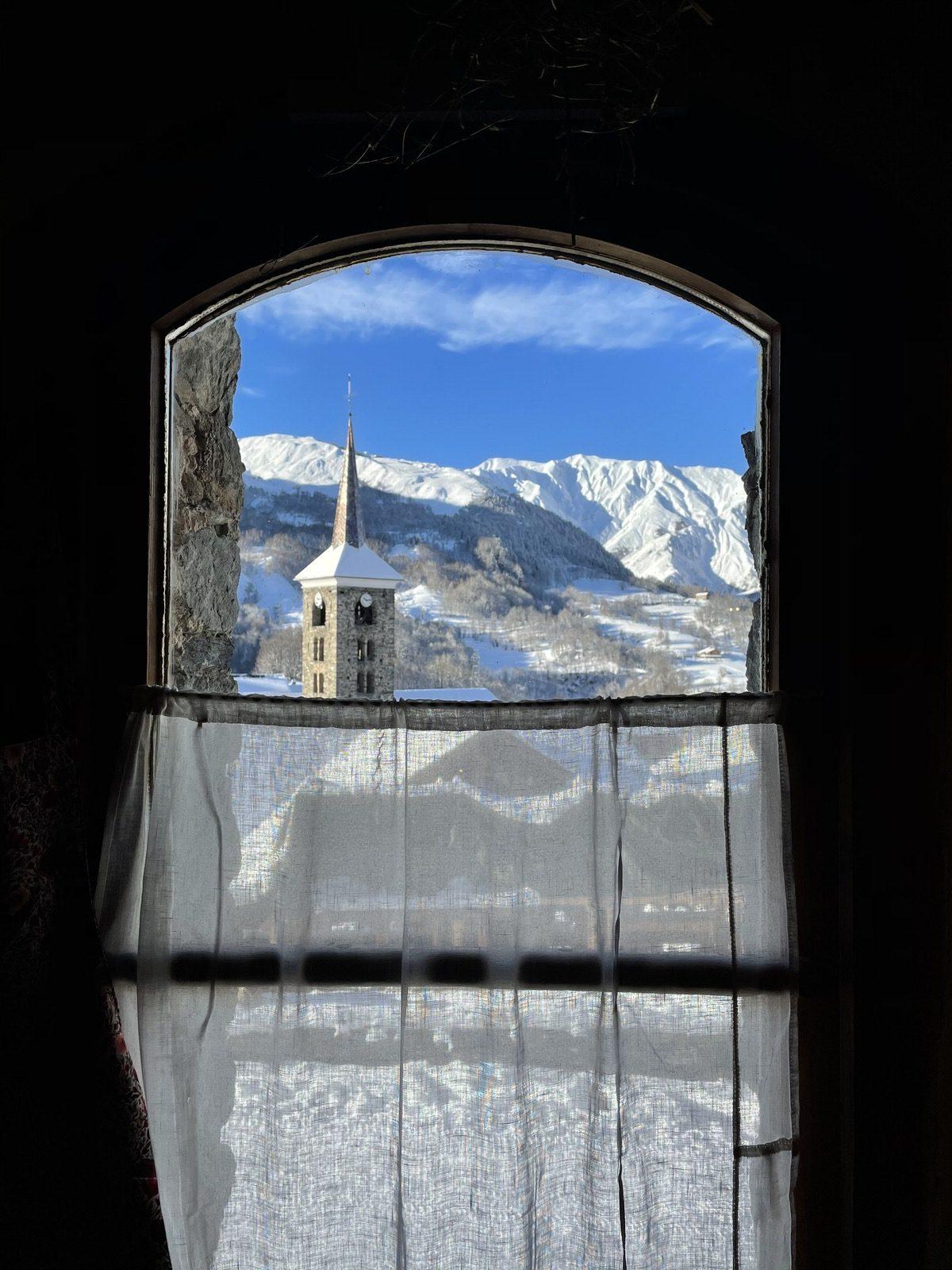 """Vue sur les montagnes au restaurant savoyard """"Le Montagnard"""" à Saint Martin de Belleville"""