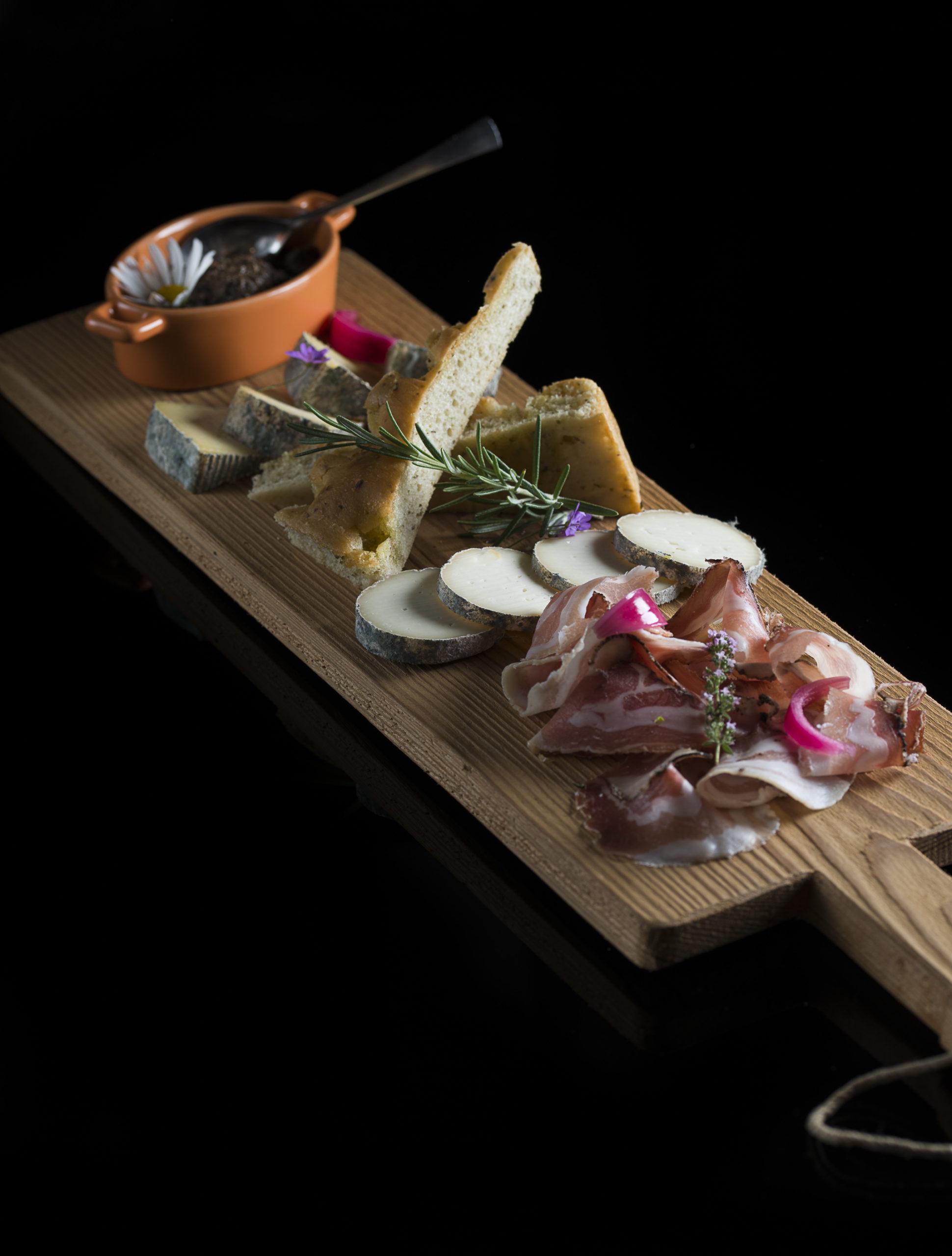 Planche du Montagnard : tommes de vache et de chèvre de la vallée, pancetta,pesto aux olives & focaccia aux herbes du jardin